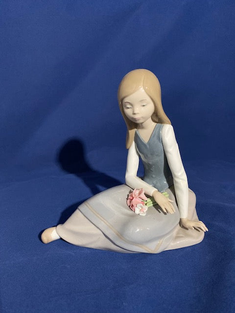 Lladro 5071 Nostalgia Girl Thinking Figurine