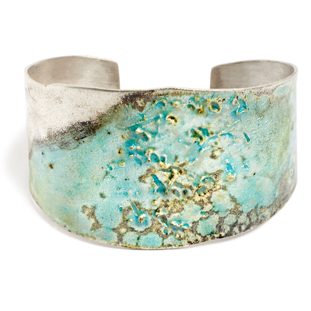 Hard bracelet in acid-bleached silver