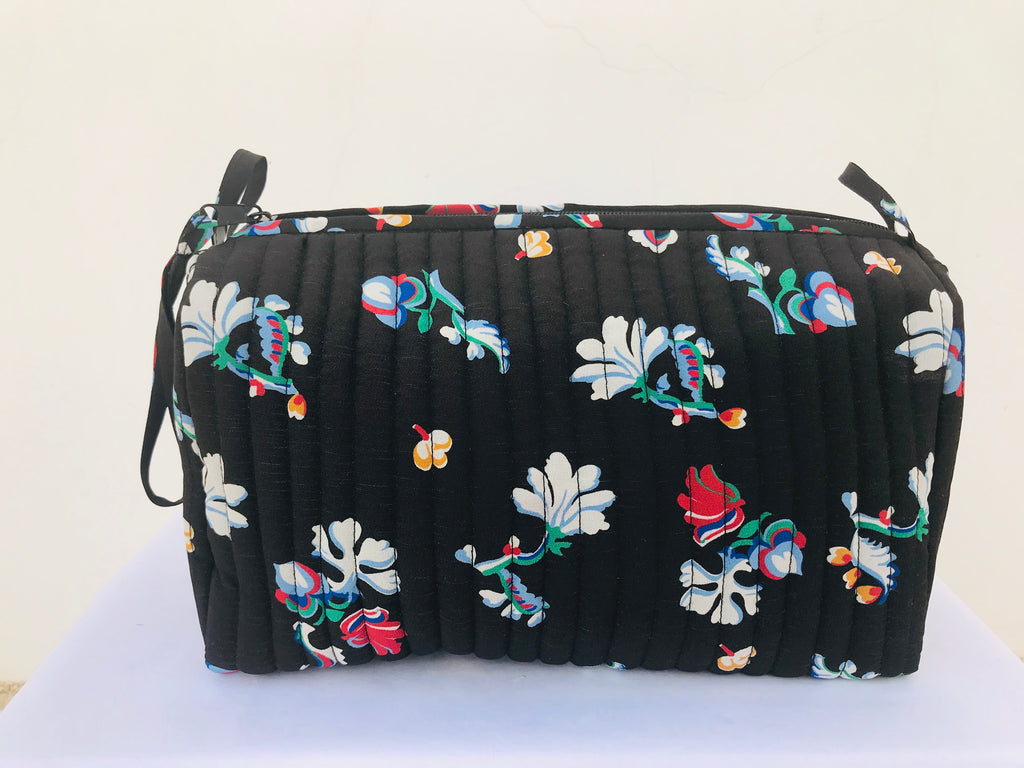 toiletry bag (flowers in black)