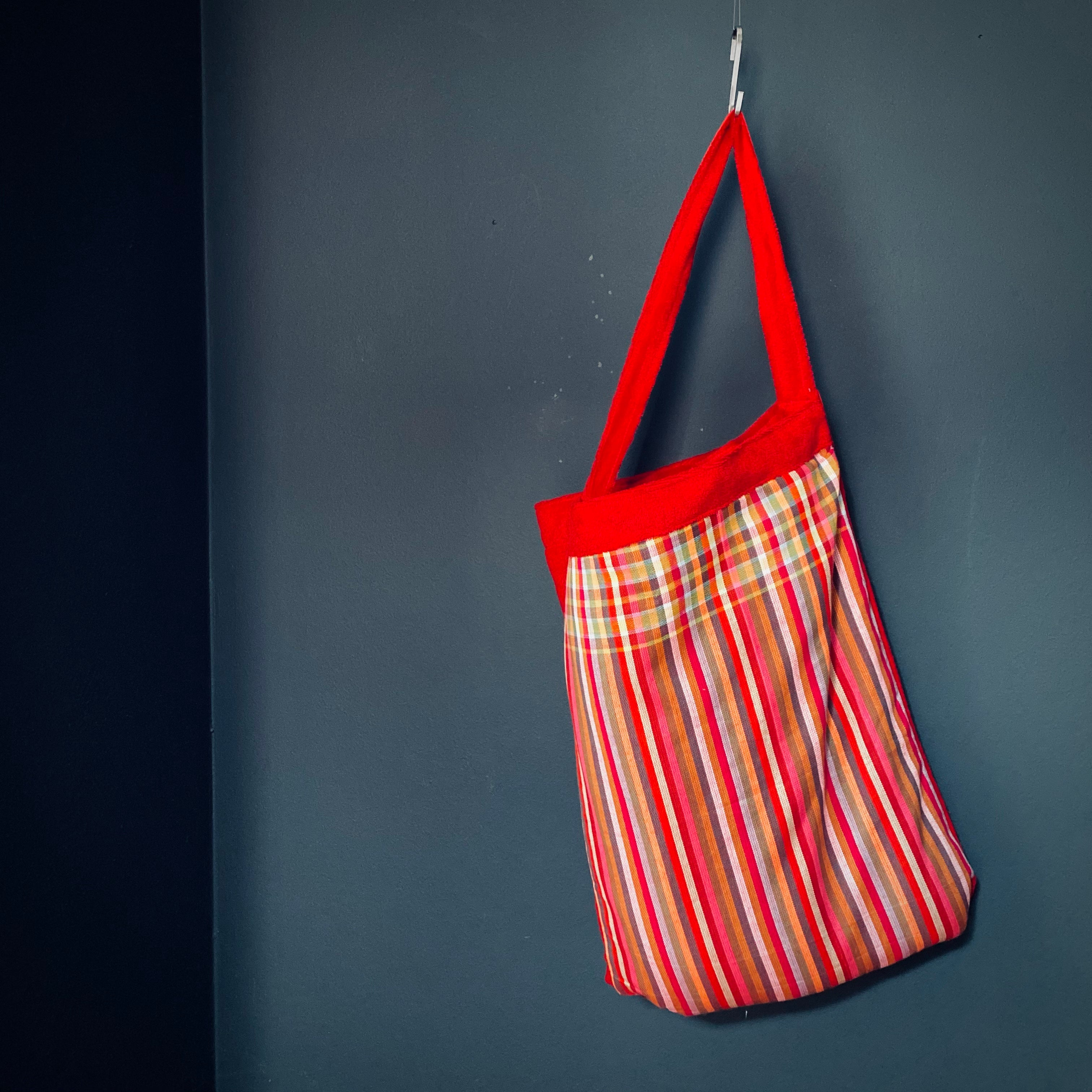 MagicBeachBag - multicolored stripes / red towel