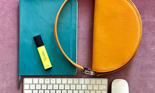 Sagittatius Céleste Bag with keyboard, mouse, notebook, and highlighter