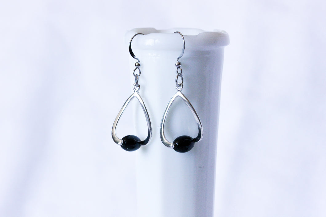 Curvy earrings - silver with black pearls