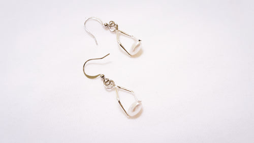 Mini twisted angle earrings - silver with ivory pearls