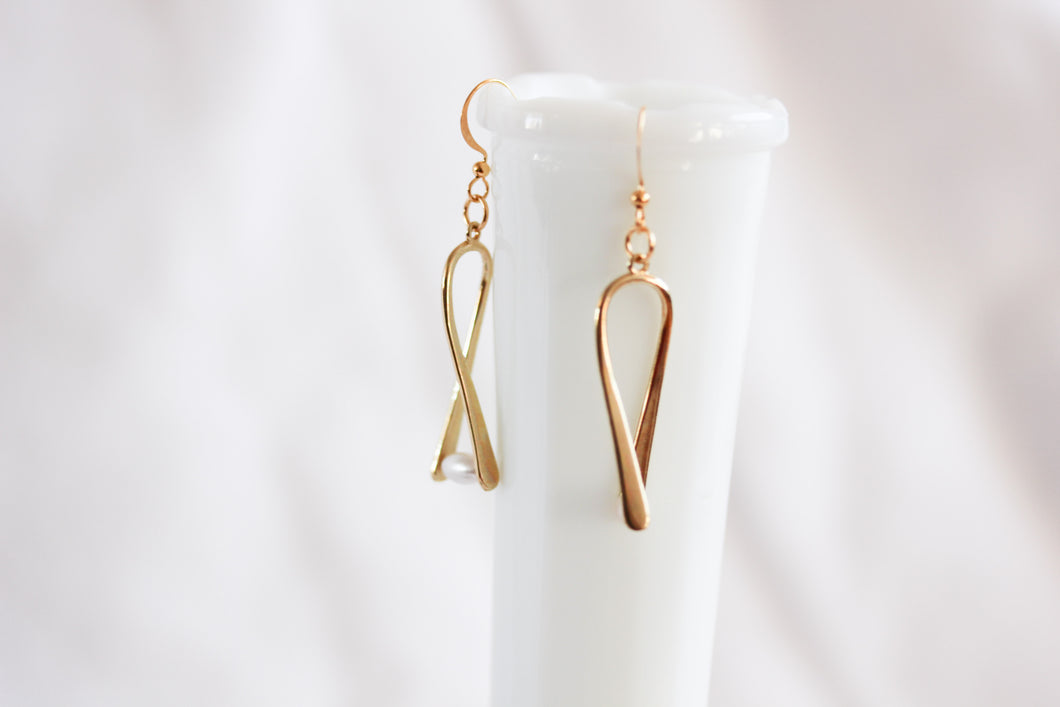 'A little bent' earrings - gold with ivory pearl