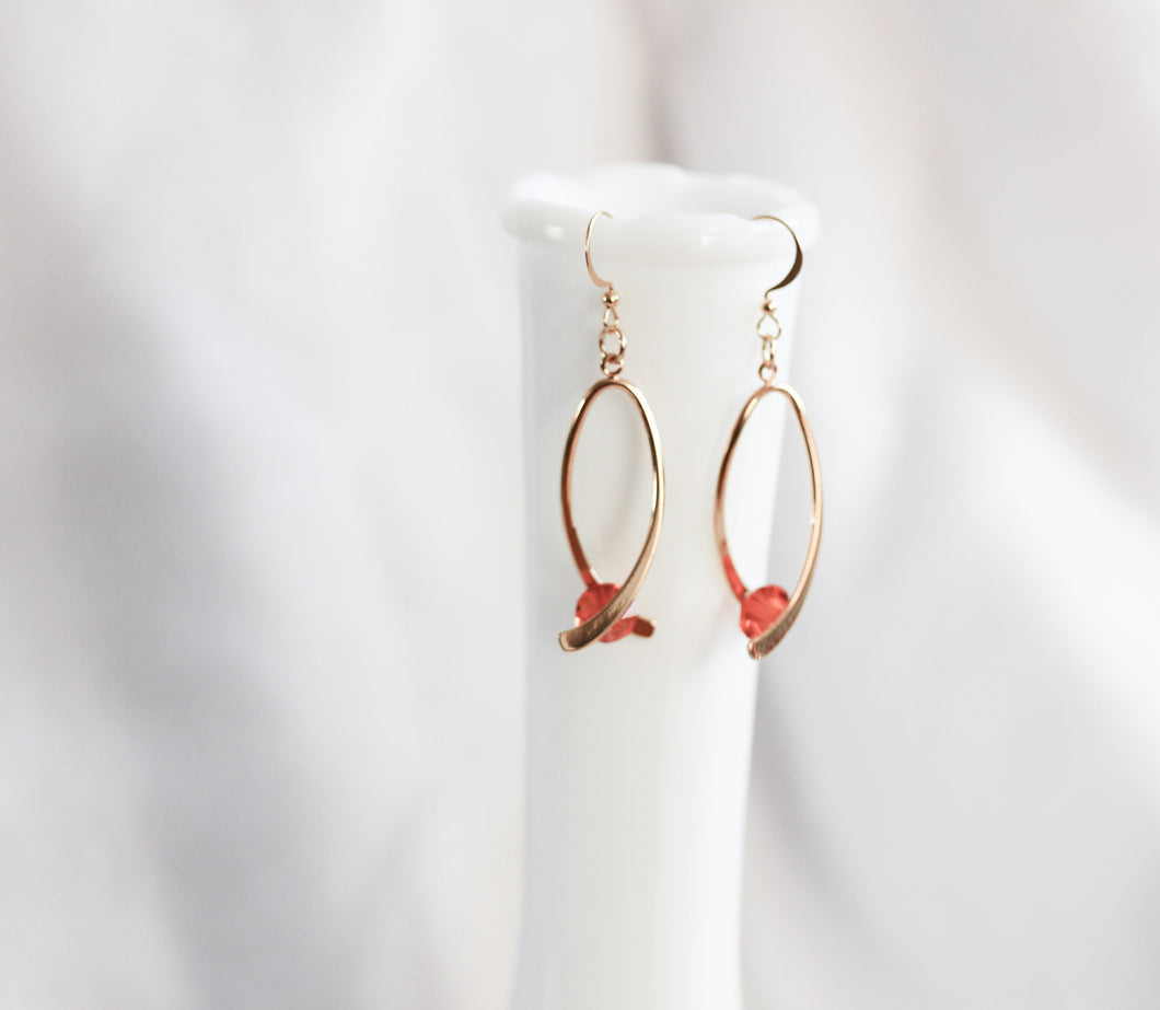 Ribbon twist earrings - gold with red crystals