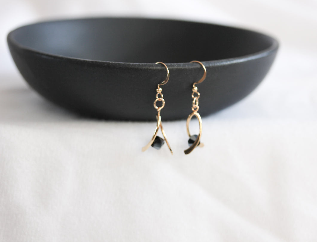 Mini ribbon twist earrings - gold with black crystals
