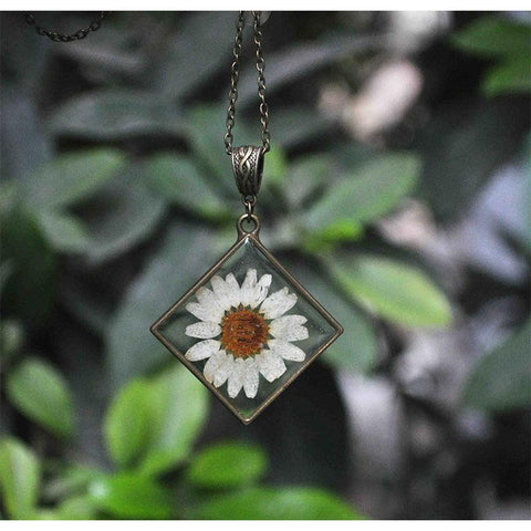 Rhombus-Shaped Pendant Necklace with Hand-Pressed White Daisy