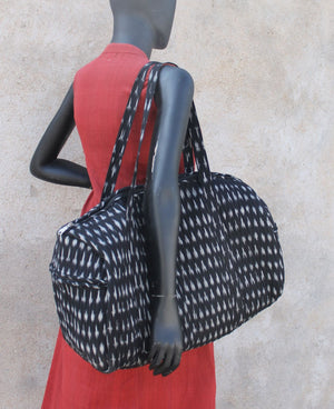 Travel bag (black Ikat) - Created by women slum-dwellers from Hyderabad