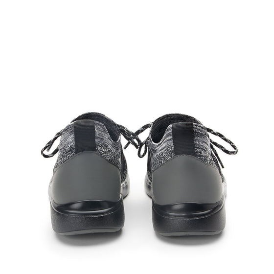 Synq Black smart shoes with Q-chip™ technology. SYN-5003_S4