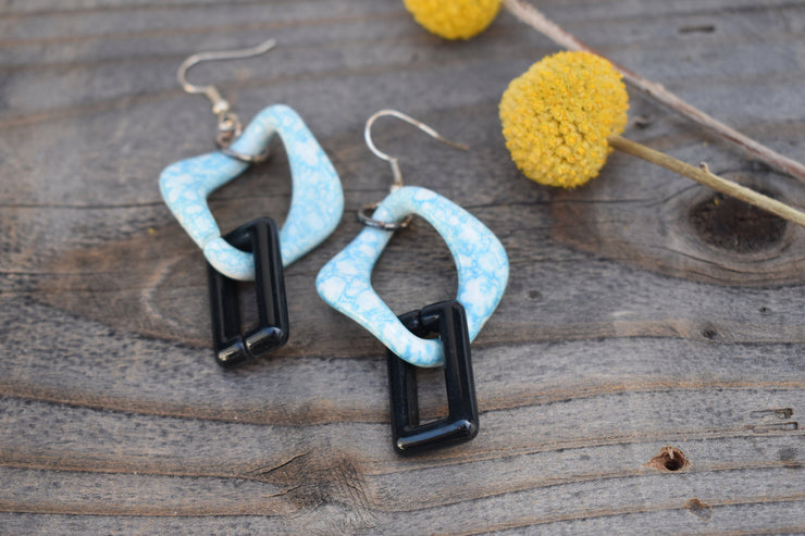 large marbled blue and black link plastic chain retro statement fashion earrings.