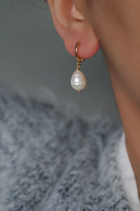SINGLE PEARL HUGGIE HOOP