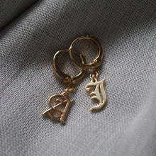 Load image into Gallery viewer, OLD ENGLISH INITIAL EARRING