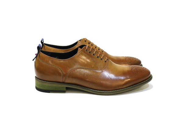 Campbell is a modern classic shoe with lots of personality, adapting to many styles. Walk with Pintta