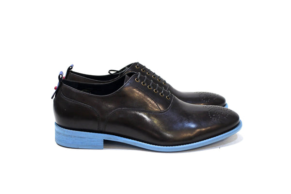 Coates is a modern classic shoe with lots of personality, adapting to many styles. Walk with Pintta