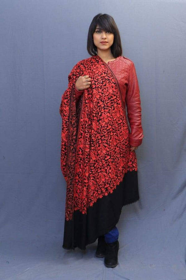 With The Base Of Black Colour This Red Rich Jaal Gives