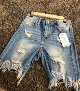 CELLO DISTRESSED JEAN SHORTS - LIGHT WASH