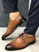 Laden Sie das Bild in den Galerie-Viewer, Ferrar Antik Taba Wing Tip Shoes