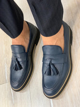 Laden Sie das Bild in den Galerie-Viewer, Noak Tasseled Eva Navy Loafer