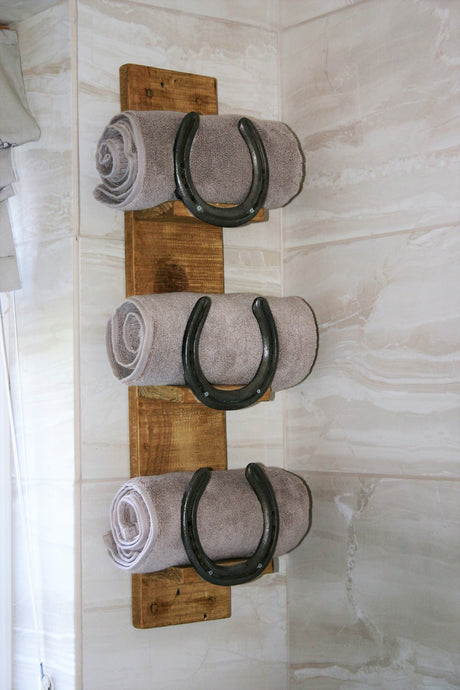 Horseshoe design towel storage rack