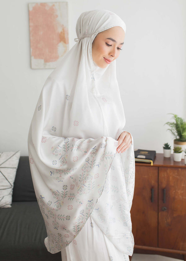 Saira Prayer Set Off White