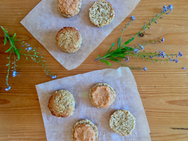 COCONUT, ALMOND AND FLAXSEED MACAROONS WITH APRICOT, RASPBERRY AND VANILLA CRE*M