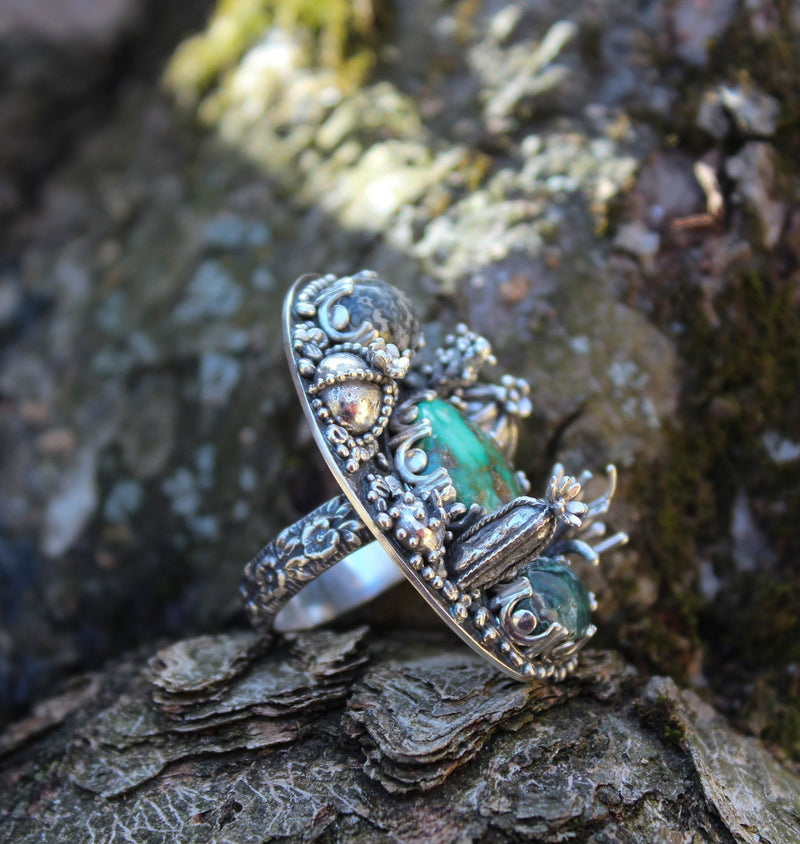 Another side view of the damele turquoise ring showing the little silver cactus and the floral band