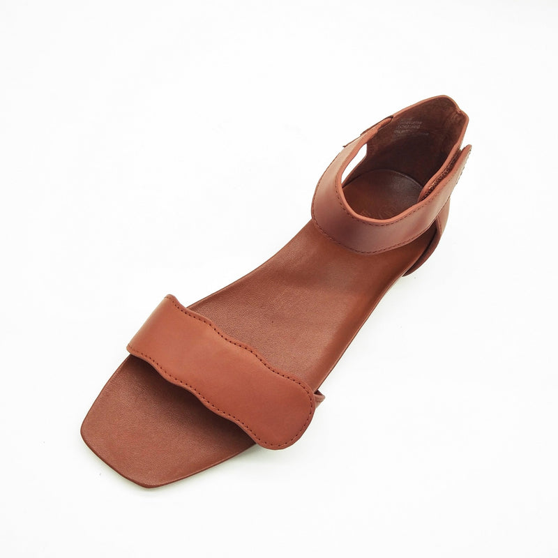 Light-weight Tan leather sandals with adjustable strapes and arch support. Bio-contoured footbed, wide feet friendly