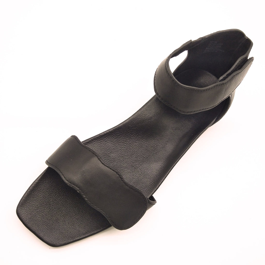 Light-weight Black leather sandals with adjustable strapes and arch support. Bio-contoured footbed, wide feet friendly