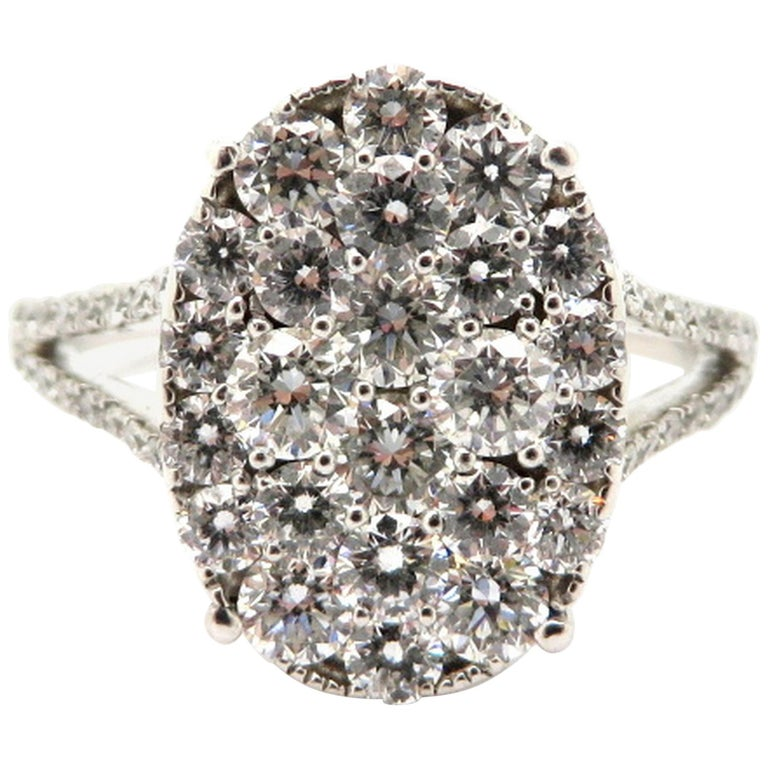 18 Karat White Gold Round Diamond Oval Cluster Fashion Ring, Size 8.5