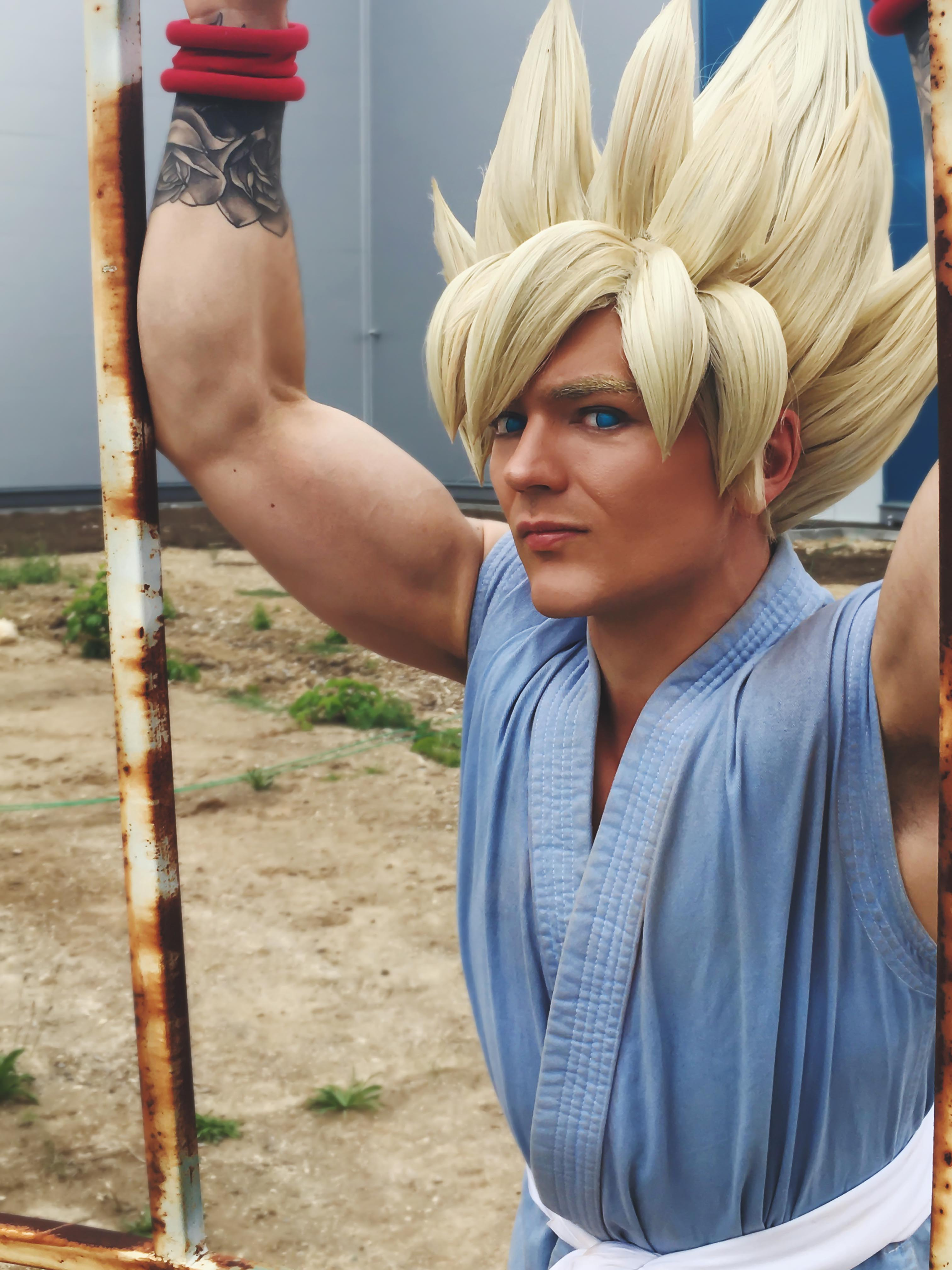 Hench Goku cosplayer from DragonBall GT flexing his arms