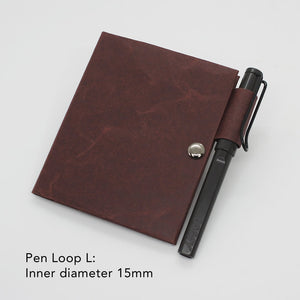 Kamino notebook cover passport with the pen loop L holds a Lamy Safari perfectly.