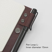 Load image into Gallery viewer, Kamino notebook cover pocket with the pen loop L holds a Lamy Safari perfectly.