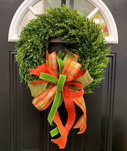 "Load image into Gallery viewer, 18"" Boxwood Wreath with Bows"