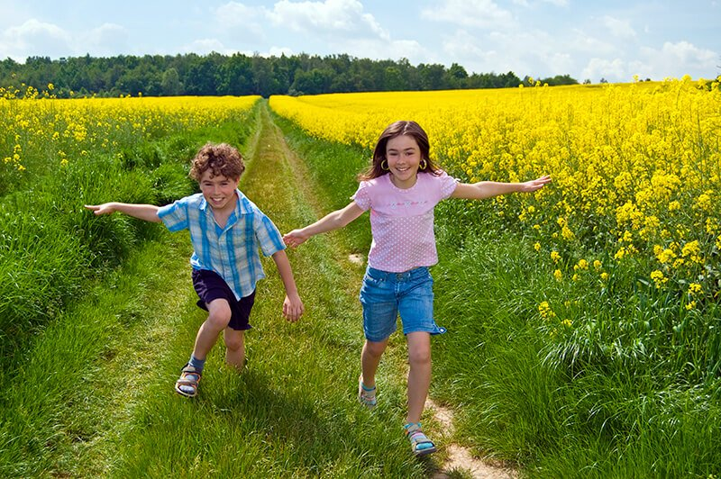 kids-on-country-road
