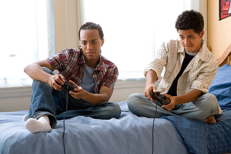teens-playing-video-game