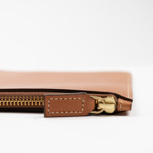 THE REGULAR tan Folio, detail of leather zip pull.