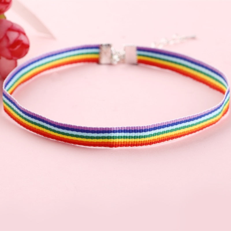 Collier LGBT arc-en-ciel fond rose