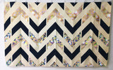 <即納品>ラグマット Black & Gold Glitter Herringbone Chevron on Nude Cream by Tangerine-Tane 約90cm × 約147cm