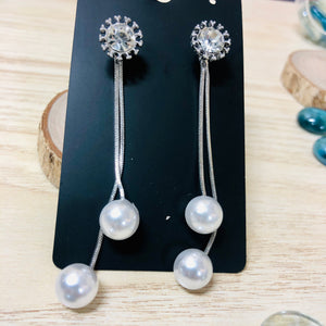 Temperament Elegant / Long white pearls earrings