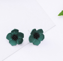 Load image into Gallery viewer, Temperament Elegant  / Fresh green flowers earrings