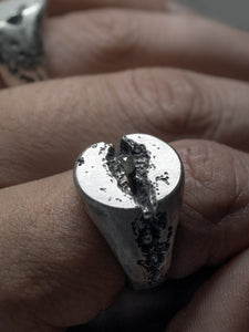 OVLAR-DIAMOND-SIGNET-RING