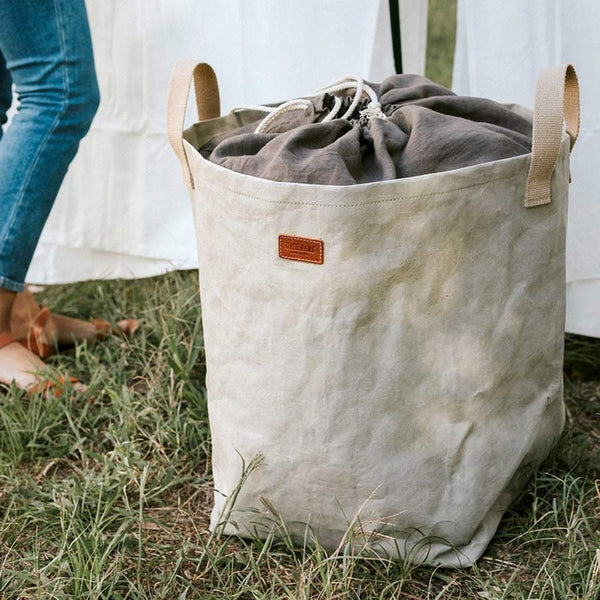 Uashmama Eco washable paper laundry bag grey shownnon grass full of washing