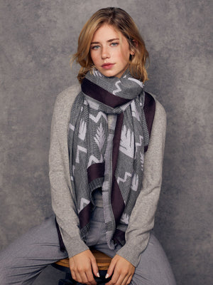 Scarf houndstooth pattern and embroidery of pale grey and dark chestnut