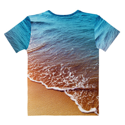 Tee with print of a sandy beach lapped by ocean waves