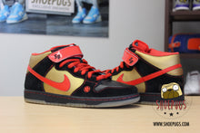 Load image into Gallery viewer, Nike Dunk SB Mid Money Cat