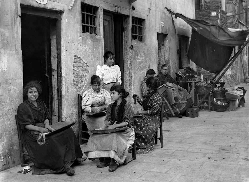 Impiraresse working in the calle. Source: Tomaso Filippi Archive, Gioielli Nascosti di Venezia