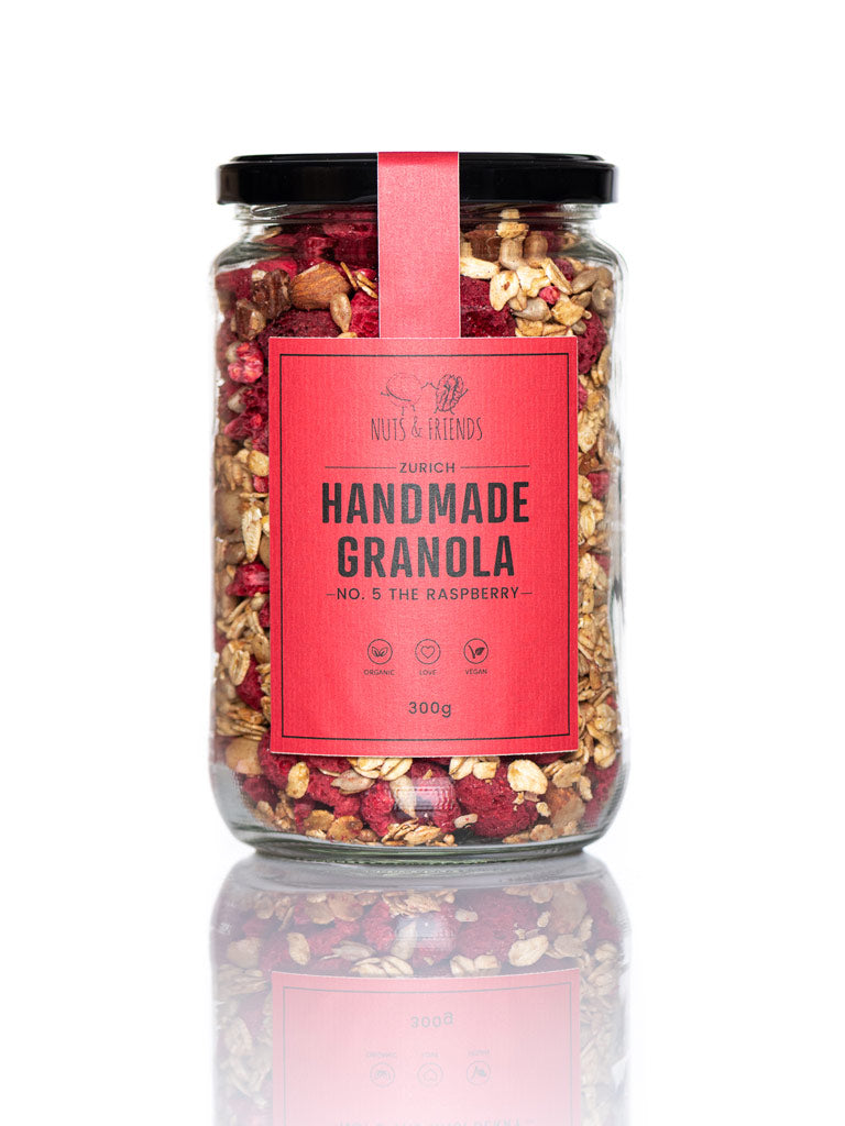 Nuts and Friends, Feines veganes Bio-Granola-Müesli, The Raspberry, in Schraubglas vor weissem Hintergrund