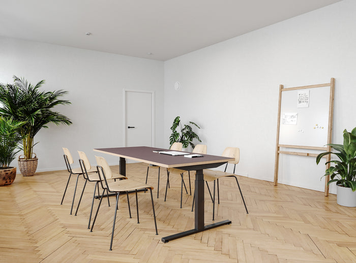 Subscription_OMNI_Copenhagen_Meeting_room_deluxe_whiteboard_minimalistic_labofa_chairs_long_elevation_desk