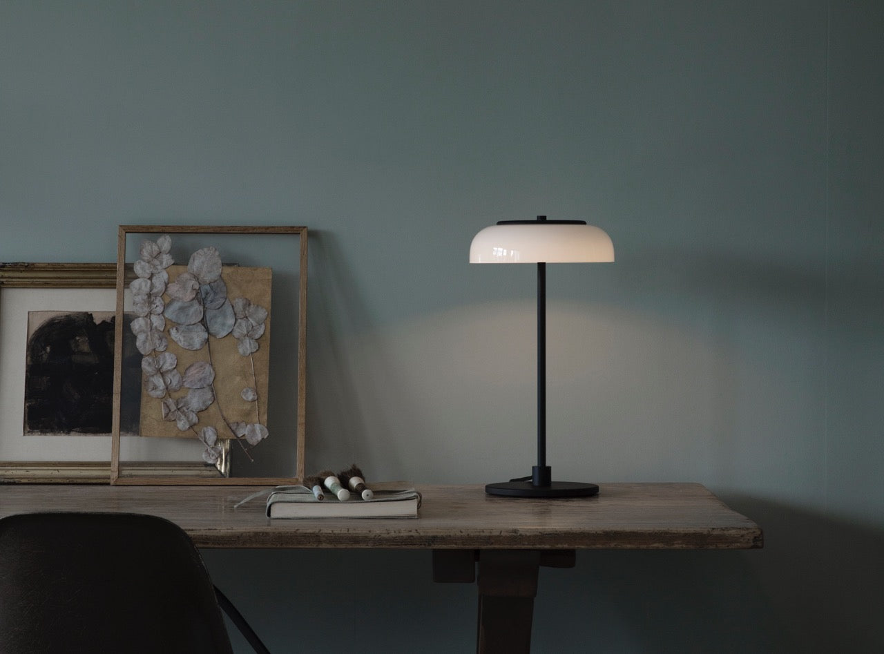 Subscription_OMNI_Nuura_Blossi_Table_Lamp_Black_elegant_diffused_fantastic_light_comfortable_warmth_design_decor