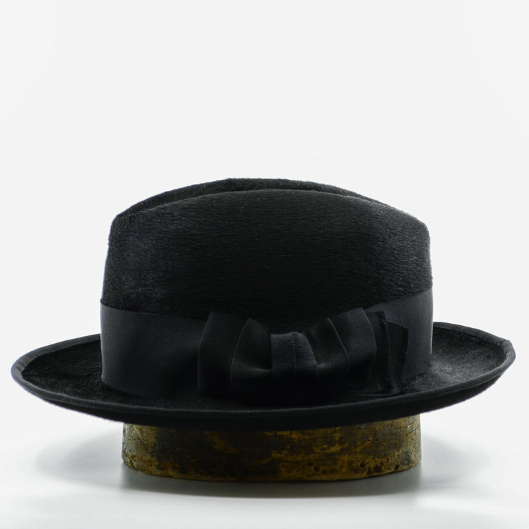 Lina Stein handmade black Homburg hat. Side-view. Photographer Sadhbh Kenny
